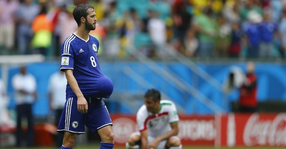 Miralem Pjanic, da Bósnia, guarda a bola dentro da camisa de jogo após a vitória sobre o Irã por 3 a 1