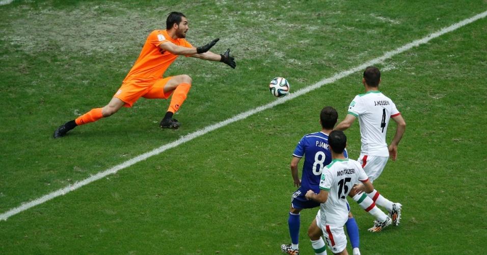 Miralem Pjanic, da Bósnia, tira do goleiro iraniano e marca o segundo gol de sua equipe na Fonte Nova