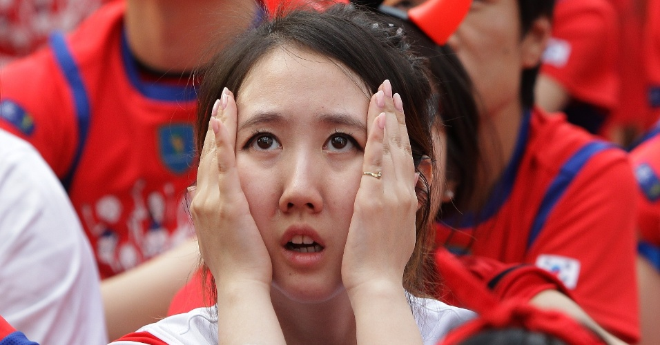 Mulher coreana sofre durante empate contra a Rússia no dia 17, na estreia da Coreia do Sul na Copa