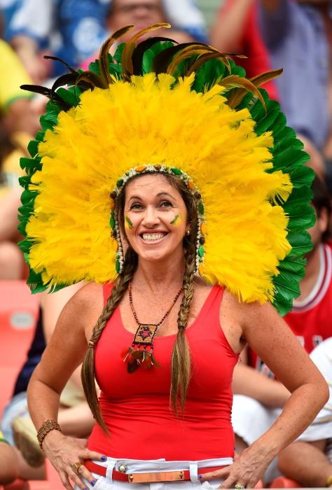 Na despedida de Manaus da Copa do Mundo, não poderia faltar a fantasia com cocar