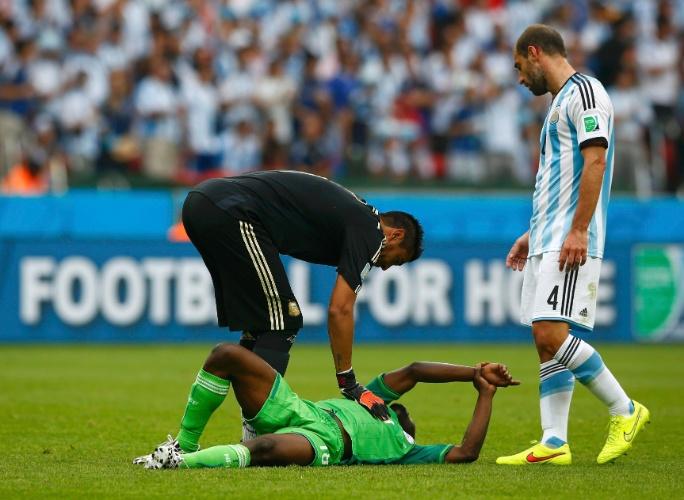 Nigeriano Michael Babatunde reclama de dor após receber bolada no pulso