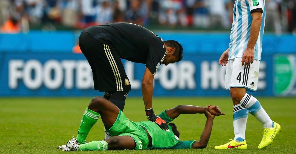 Nigeriano Michael Babatunde reclama de dor após receber bolada no punho