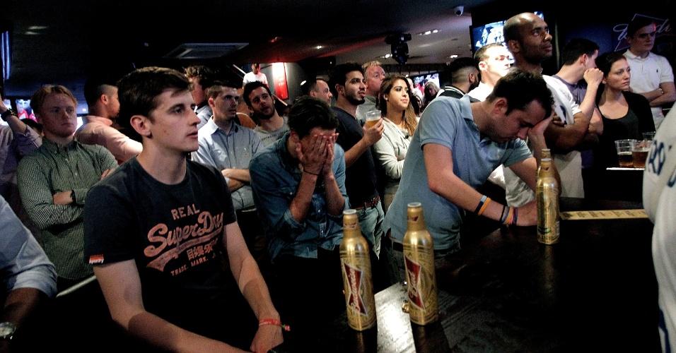 No dia 14, na estreia da Inglaterra, torcedores em pub ficam apreensivos com a vitória da Itália