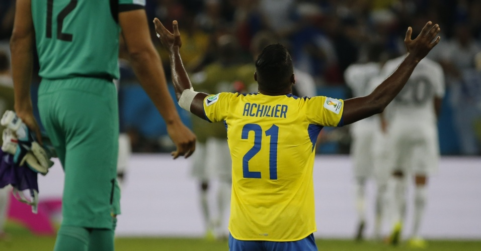 25.jun.2014 - O Equador está eliminado da Copa, mas Gabriel Achilier se ajoelha para agradecer depois do empate por 0 a 0 contra a França, no Maracanã