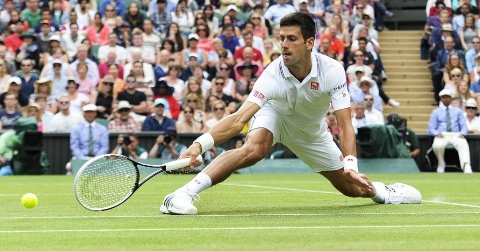 O sérvio Novak Djokovic devolve uma bola durante a partida contra Radek Stepanek