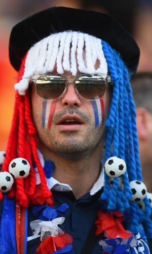 O torcedor francês preparou uma peruca especial repleta de bolas de futebol