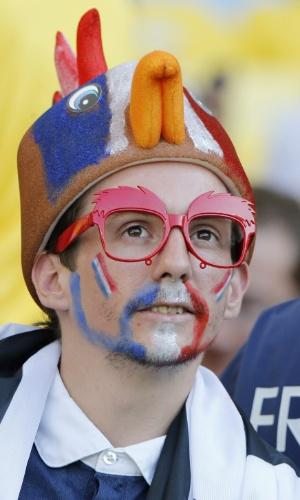 O tradicional galo aparece na cabeça do torcedor francês