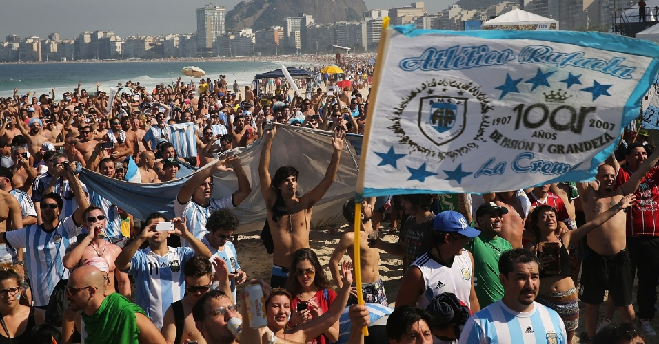 Os argentinos invadiram a praia de Copacabana nesta quarta-feira para comemorar a vitória em cima da Nigéria e a classificação às oitavas de final