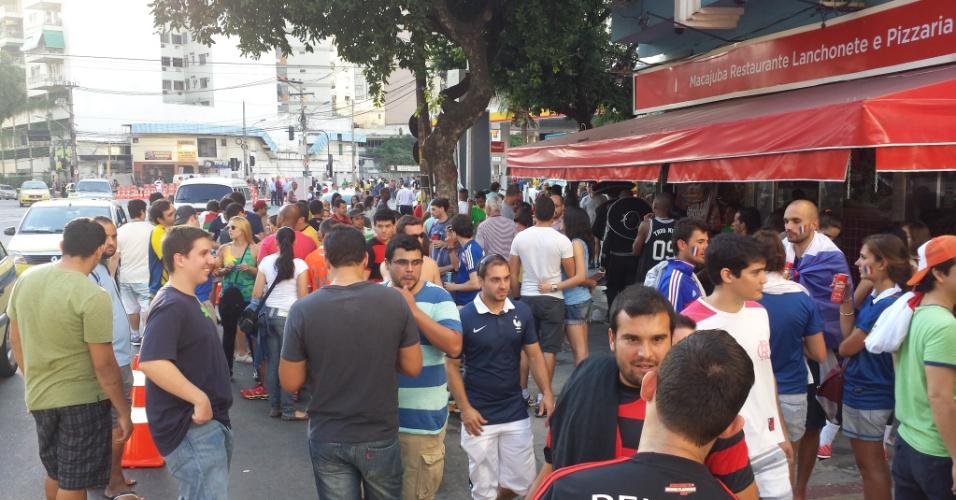 Os cambistas se instalaram perto Maracanã, numa região de bares, no Rio de Janeiro, para fugir do cerco da organização