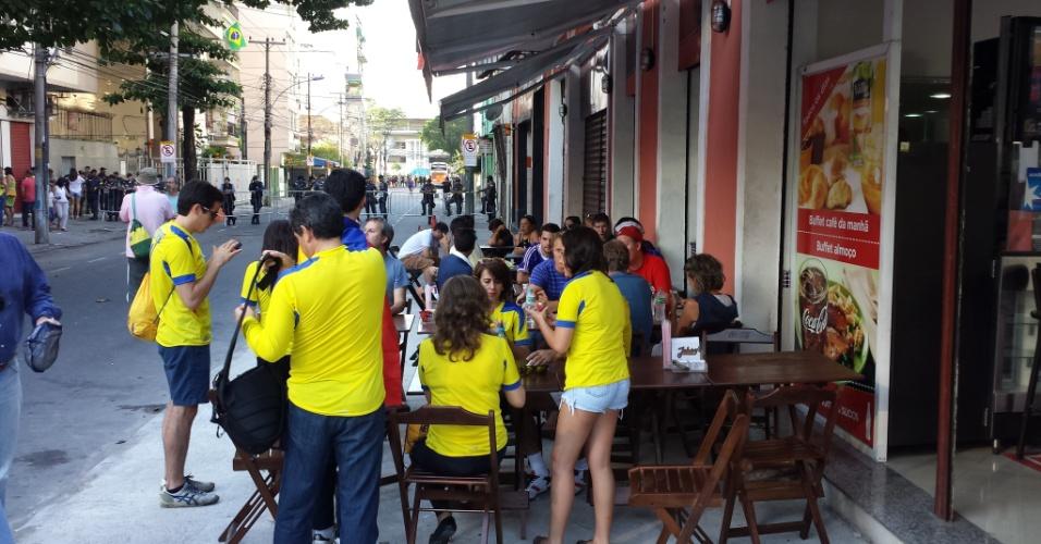 25.jun.2014 - Os cambistas se instalaram perto do Maracanã, em uma região de bares, para fugir do cerco da organização