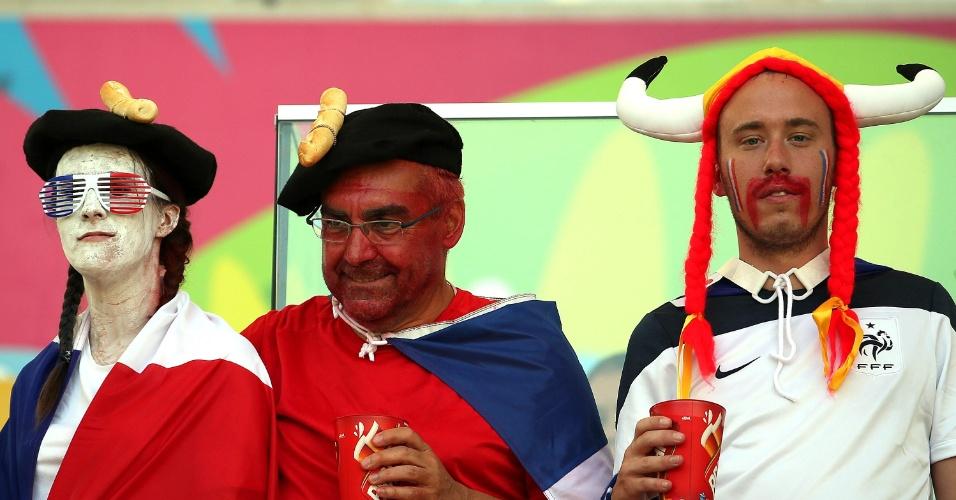 25.jun.2014 - Os franceses não economizaram na fantasia para acompanhar no Maracanã o jogo contra o Equador