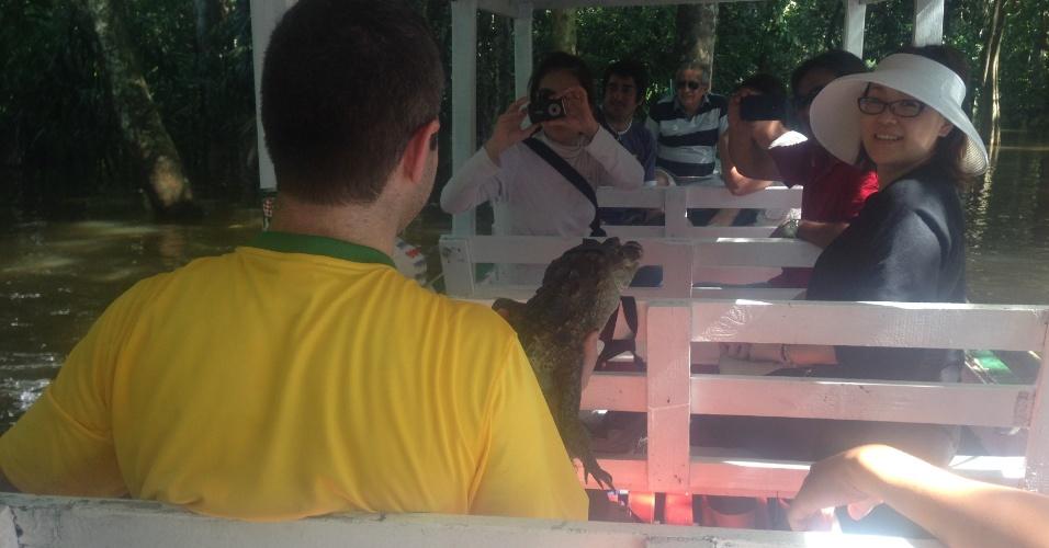 Passeio que leva turistas ao encontro das águas é abordado por jovens querendo um trocado em troca de uma foto com algum animal selvagem