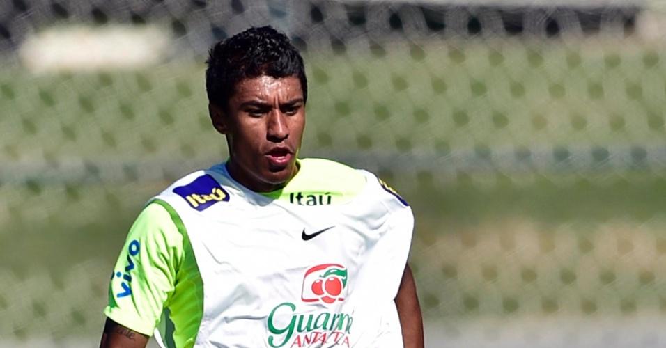 Paulinho recebe a bola no treino da seleção na Granja Comary