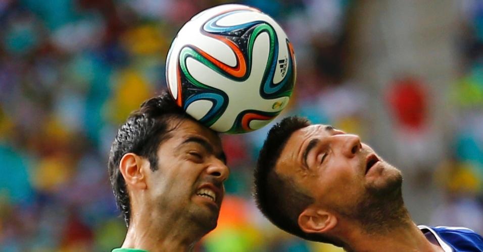 Pejman Montazeri, do Irã, divide a bola de cabeça com Vedad Ibisevic, da Bósnia, no jogo na Fonte Nova