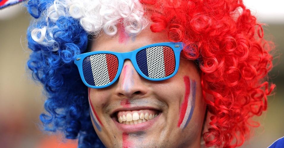 25.jun.2014 - Peruca e óculos com as cores da França dão destaque a torcedor no Maracanã, antes do jogo contra o Equador