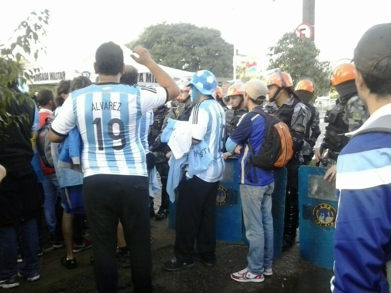 Policiais observam aglomeração de torcedores argentinos em Porto Alegre