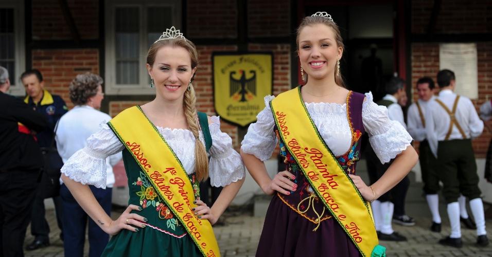 Primeira princesa e rainha dos clubes de caça e tiro de Blumenau - as belas Aline Prim (esquerda) e Hellory Zwicker