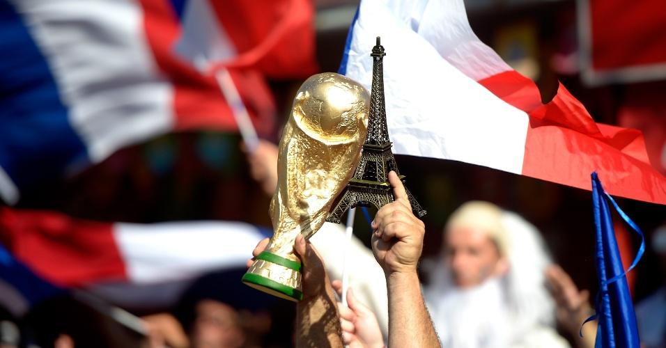 25.jun.2014 - Réplica da Torre Eiffel aparece ao lado da taça da Copa do Mundo no Maracanã, antes da partida entre Equador e França