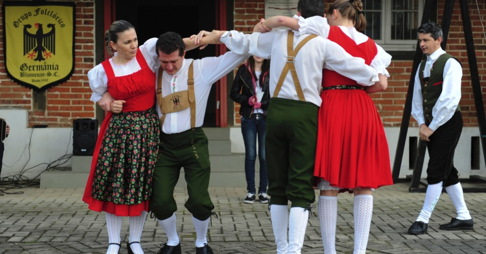 Reuniões dos clubes de caça e tiro de Blumenau conta com música, dança, cultura alemã e, obviamente, cerveja no fim