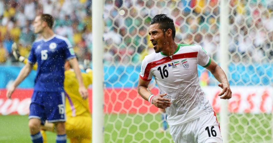 Reza Ghoochannejhad, do Irã, comemora após marcar na derrota de sua equipe para a Bósnia por 3 a 1, na Fonte Nova