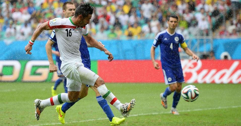 Reza Ghoochannejhad finaliza e marca o primeiro gol do Irã nesta Copa, na partida contra a Bósnia, na Fonte Nova