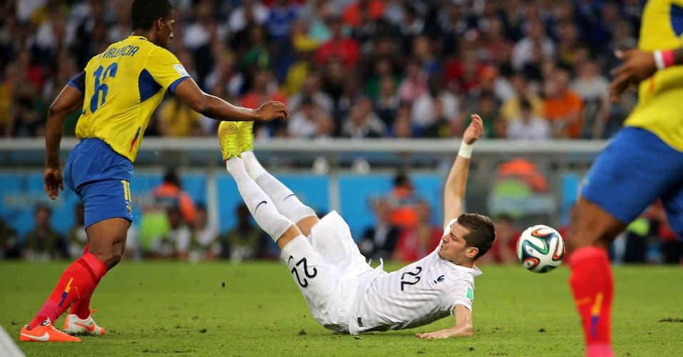 25.jun.2014 - Schneiderlin, da França, fica caído no gramado após sofrer falta do equatoriano Valencia, no Maracanã