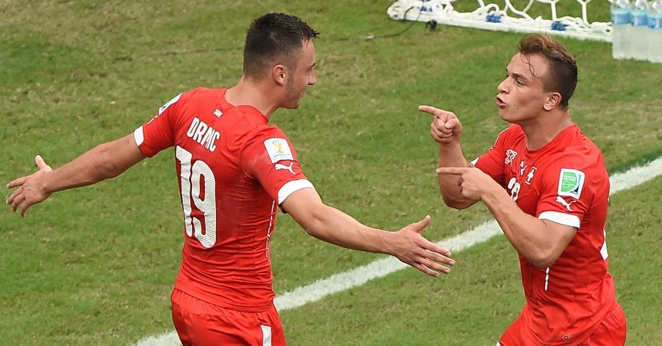 Shaqiri comemora com Drmic após marcar gol da Suiça contra Honduras