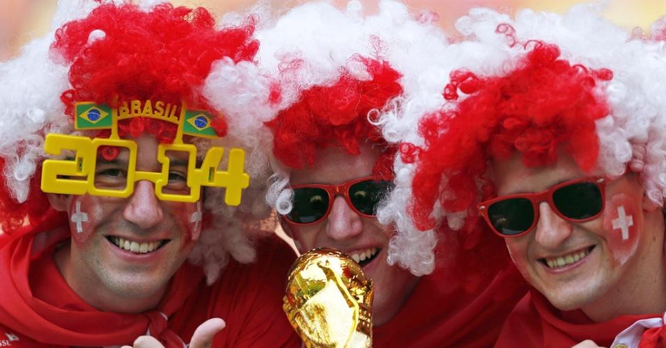 Taça da Copa e óculos do Brasil. Torcedores da Suiça foram preparados para a partida contra Honduras em Manaus