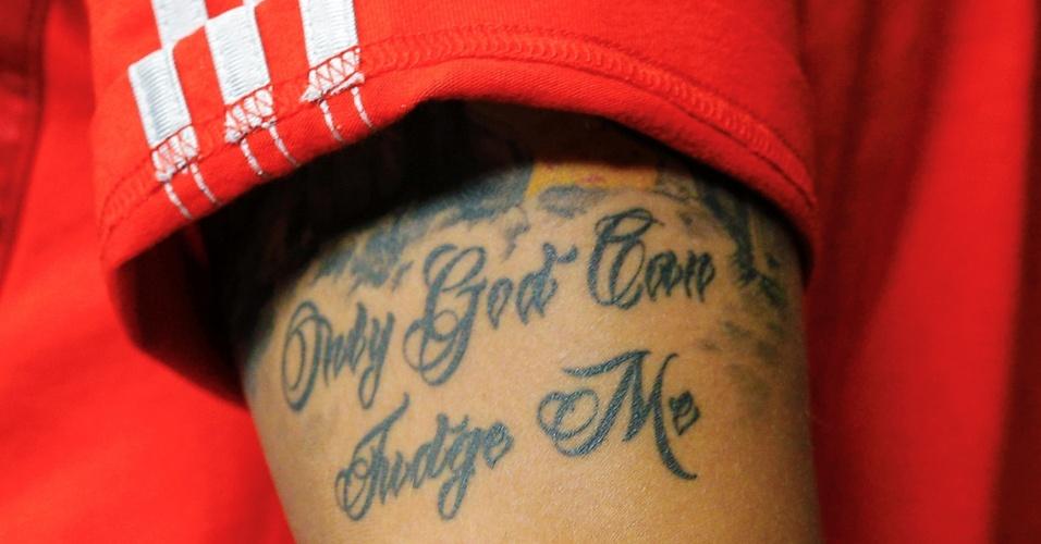 """Tatuagem no braço do alemão Ozil tem a frase """"Apenas Deus pode me julgar"""""""