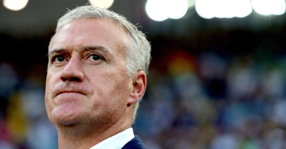 25.jun.2014 - Técnico da França, Didier Deschamps, observa a partida contra o Equador, no Maracanã