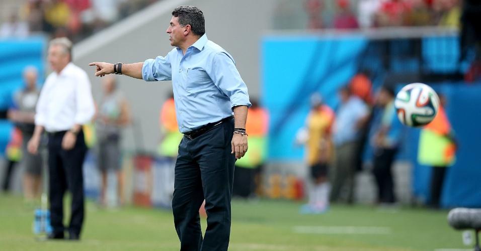 Técnico de Honduras, Luis Fernando Suarez dá instruções para sua equipe durante partida contra a Suiça