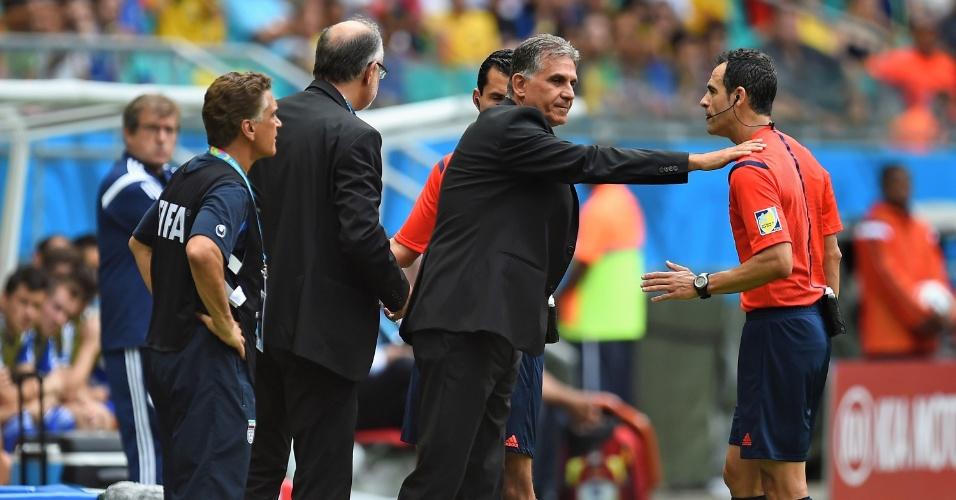 Técnico do Irã, Carlos Queiroz, conversa com o árbitro na partida contra a Bósnia, na Fonte Nova