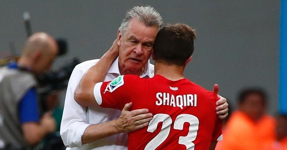Técnico Ottmar Hitzfeld cumprimenta Shaqiri, autor dos três gols da vitória da Suiça sobre Honduras