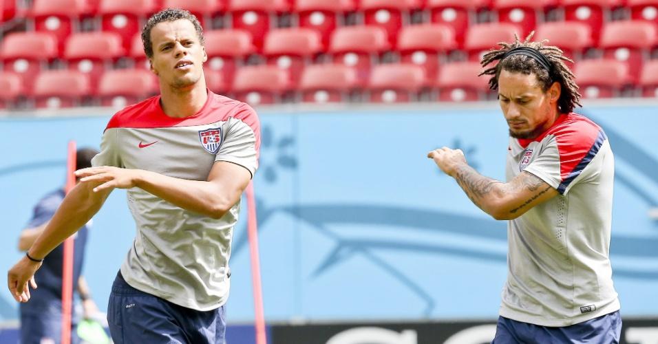 Timothy Chandler e Jermaine Jones fazem exercício durante treino dos Estados Unidos no Recife