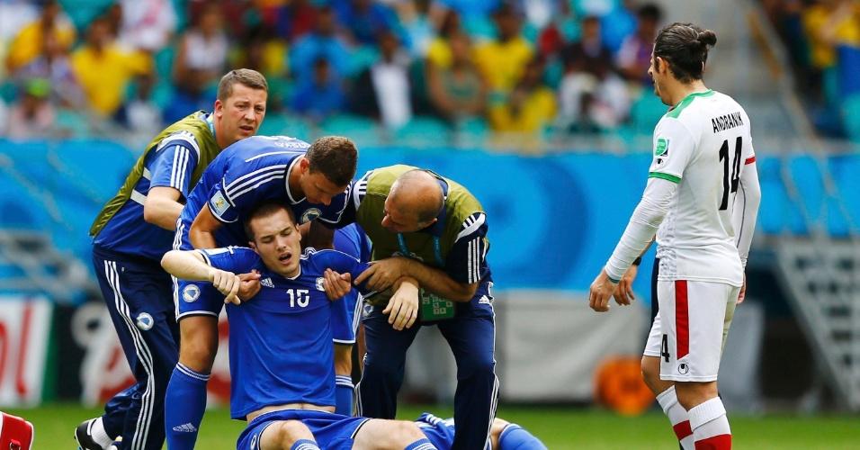 Toni Sunjic, da Bósnia, recebe ajuda no gramado da Fonte Nova após dividida na partida contra o Irã