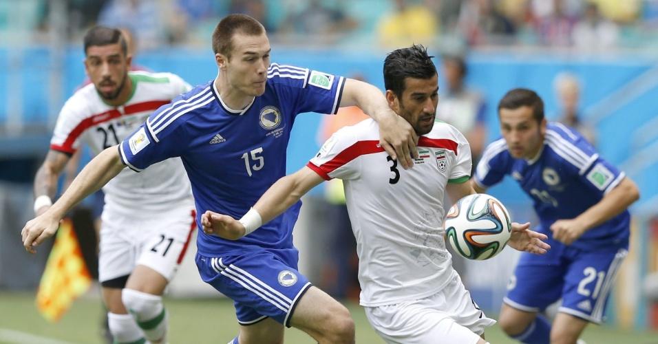 Toni Sunjic (e), da Bósnia, tenta frear a investida do iraniano Ehsan Haji Safi