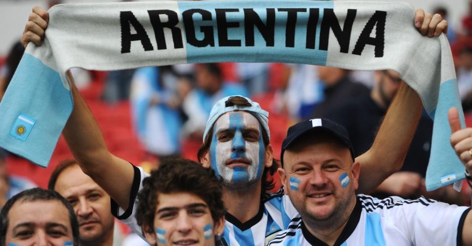 Torcedor argentino segura cachecol no Beira-Rio antes de partida contra a Nigéria