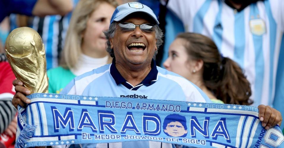 """Torcedor da Argentina carrega cachecol que exalta Maradona como """"o melhor jogador do século"""""""