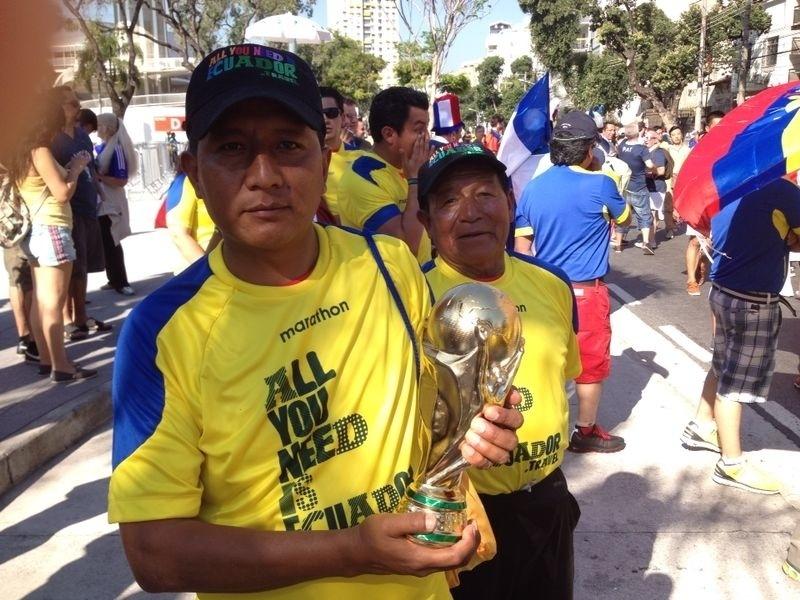 25.jun.2014 - Torcedor do Equador carrega réplica da taça da Copa do Mundo antes do jogo contra a França, no Maracanã