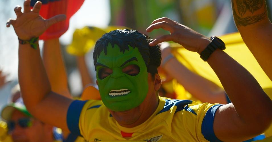 25.jun.2014 - Torcedor equatoriano vai vestido de Hulk ao Maracanã acompanhar a partida contra a França