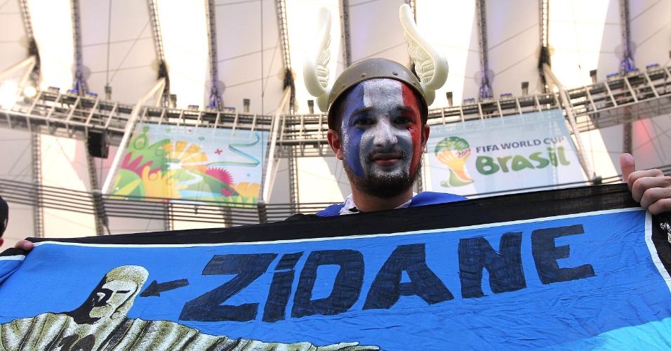 25.jun.2014 - Torcedor francês faz referência a Zidane e Cristo Redentor antes da partida contra o Equador, no Maracanã