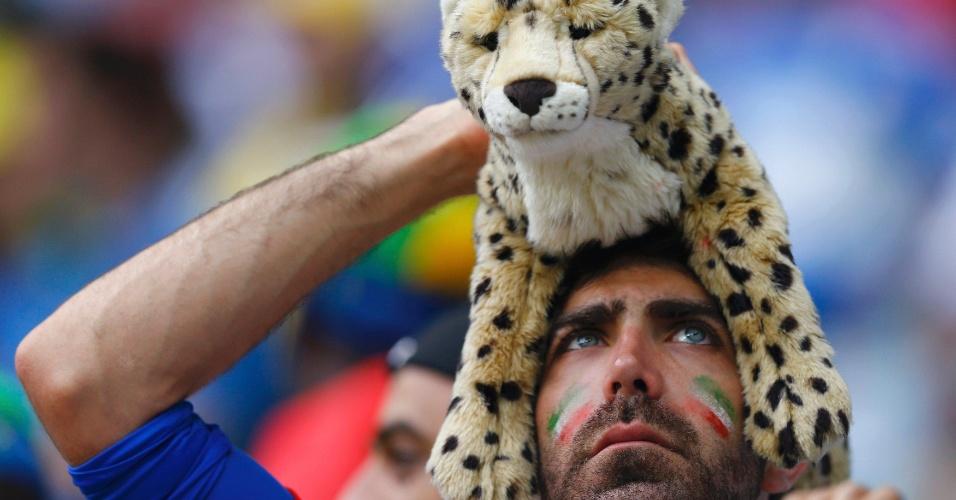 Torcedor iraniano leva Guepardo Asiático de pelúcia, animal símbolo do país, para torcer pela sua seleção diante da Bósnia-Herzegovina