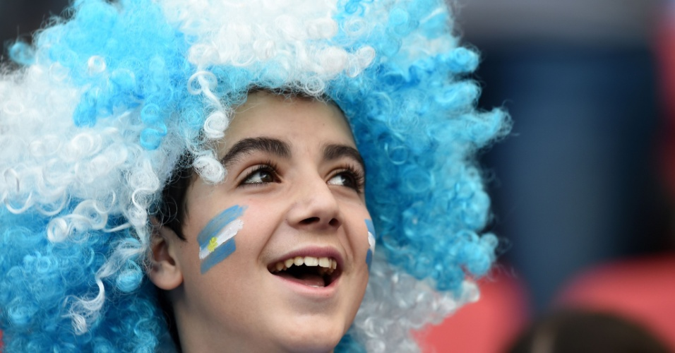 Torcedor mirim argentino usa peruca alviceleste para ver jogo contra a Nigéria, no Beira-Rio
