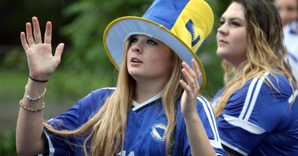Torcedora bósnia assiste da capital Sarajevo ao jogo contra o Irã