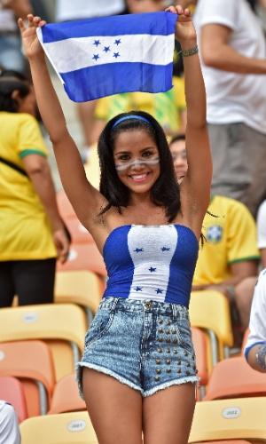 Torcedora exibe bandeira de Honduras durante jogo contra a Suíça na Arena Amazônia
