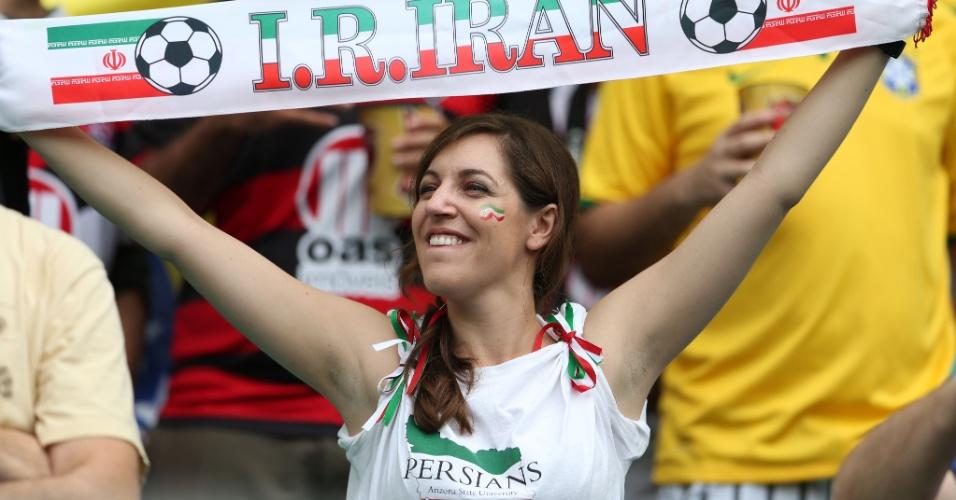 Torcedora exibe faixa do Irã durante jogo contra a Bósnia em Salvador