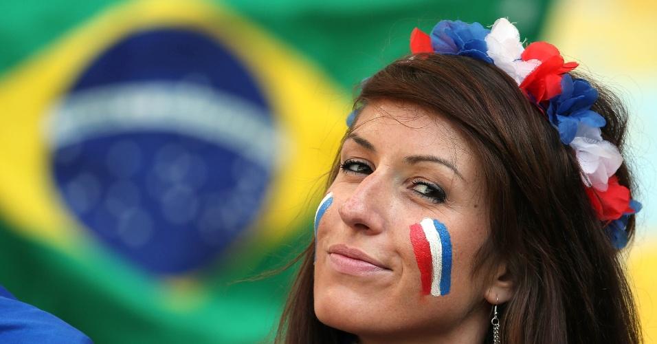 25.jun.2014 - Torcedora francesa faz charme antes da partida contra o Equador, no Maracanã