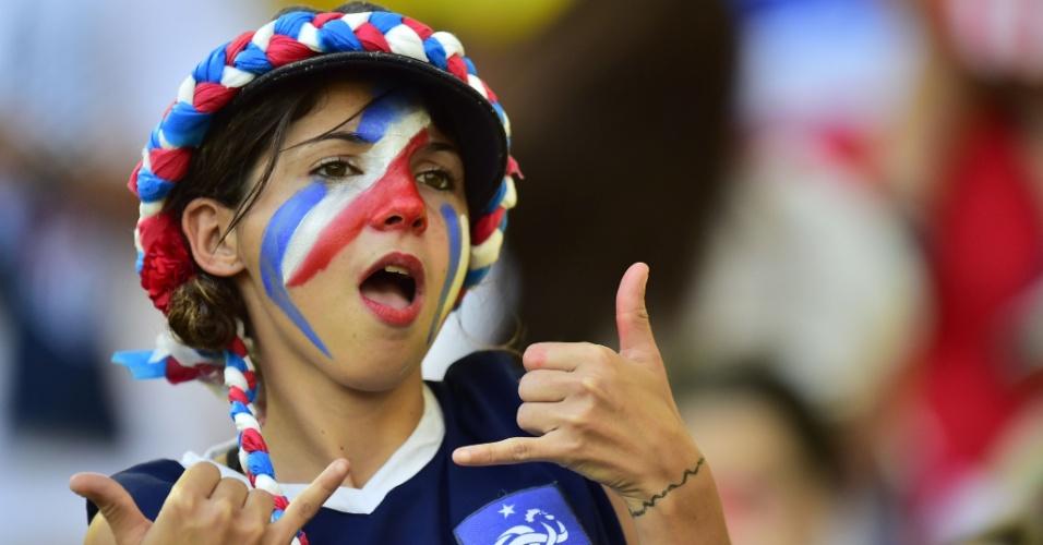 Torcedora francesa faz pose no Maracanã em jogo contra o Equador