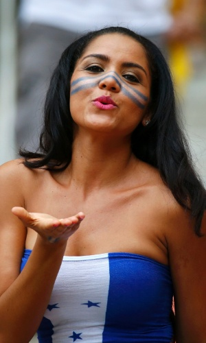 Torcedora hondurenha manda beijo para a câmera em jogo contra a Suíça