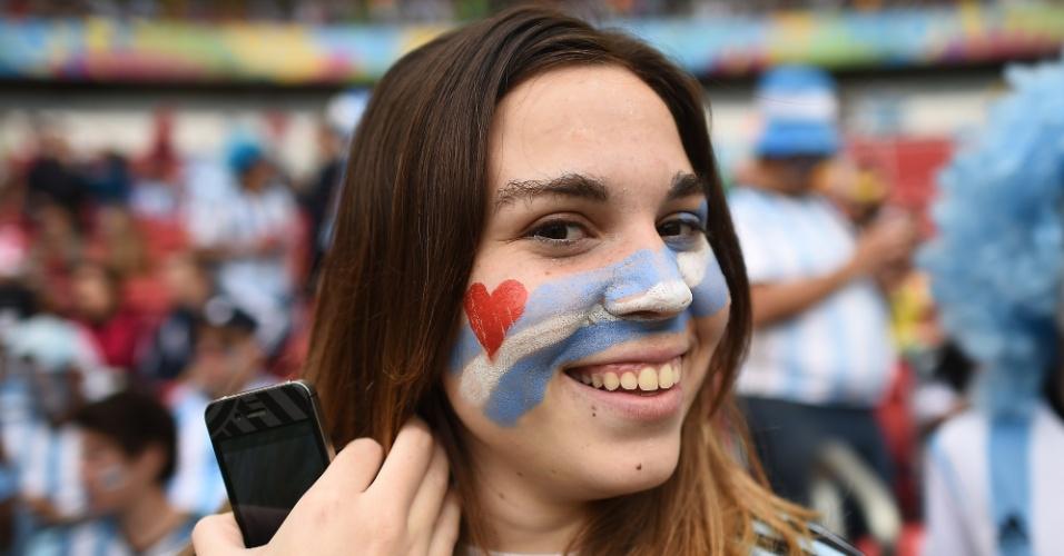 Torcedora sorri antes da partida entre Nigéria e Argentina no Beira-Rio